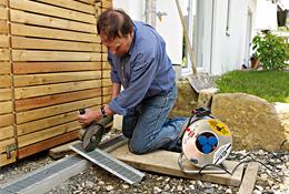 Schlagbohrmaschinen, Akkuschrauber oder Stichsäge, stationäre Maschinen wie Standbohrmaschinen, Holzspalter oder Kompressoren oder Handwerkzeuge